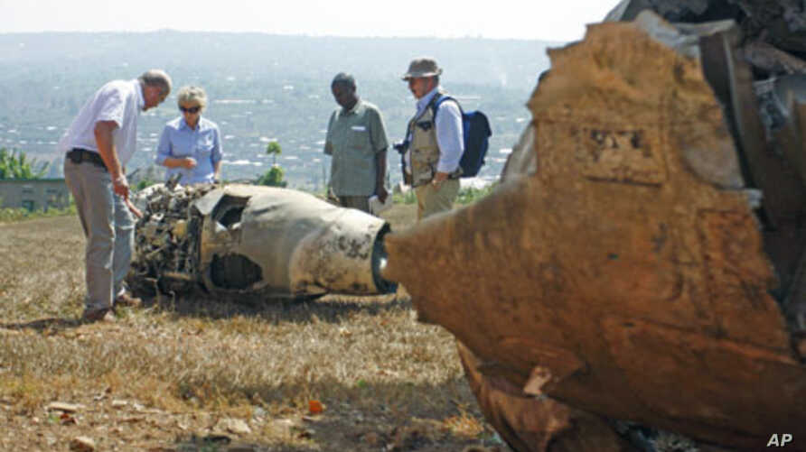 French investigators examine the wreckage of Juvenal Habyiramana's Dassault Falcon 50 plane that was shot down in 1994, killing the former Rwandan president and triggering genocide in the central African country, September 18, 2010 (file photo)