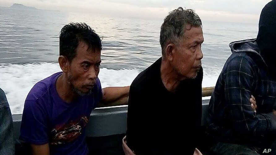 Malaysian hostages Tayudin Anjut (left) and Abdurahim Bin Sumas were rescued in Sulu province, southern Philippines, March 23, 2017. The two Malaysian sailors had been held captive for eight months by Muslim militants.