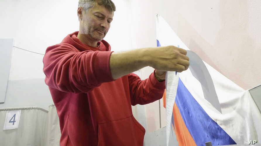 FILE - Opposition mayoral candidate Yevgeny Roizman casts his ballot at a polling station during a mayoral election in the Urals city of Yekaterinburg, Sept. 8, 2013.