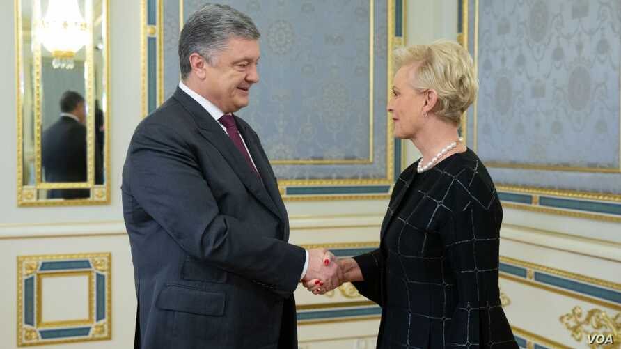 FILE - Ukrainian President Petro Poroshenko greets Cindy McCain at the Presidential Palace in Kyiv, Ukraine, April 1, 2019. McCain, the widow of late Senator John McCain, was in Ukraine as an observer for the country's Mar 31, 2019, presidential elec