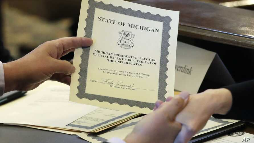 Electoral College elector William Rauwerdink shows off his ballot for president of the United States,Dec. 19, 2016 in Lansing, Michigan.
