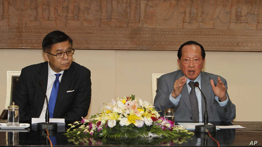 Cambodian Foreign Minister Hor Namhong, right, speaks as his Thai counterpart Sihasak Phuangketkeow listens during a press conference in Phnom Penh, Cambodia, July 1, 2014.