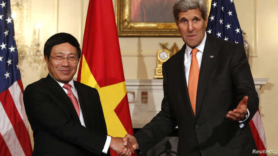 U.S. Secretary of State John Kerry (R) shakes hands with Vietnamese Deputy Prime Minister and Foreign Minister Pham Binh Minh before a working lunch at the State Department in Washington October 2, 2014.