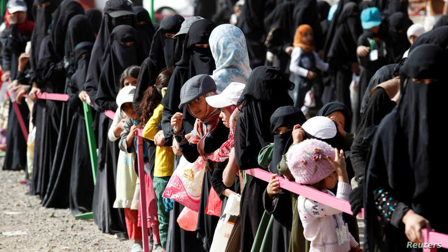 Women and girls queue for Iftar (breaking of fast) meals supplied by a local charity during the holy month of Ramadan in Sana'a, Yemen June 12, 2016.