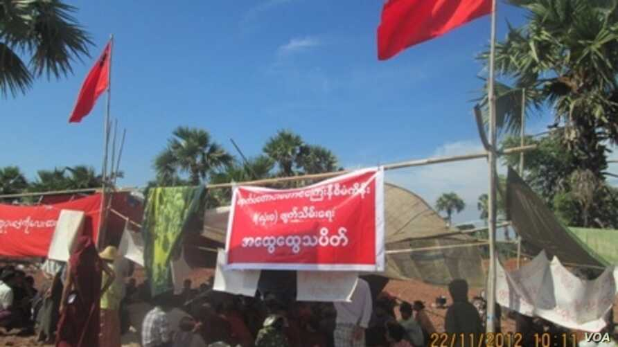 Burmese protesters at their camp at a Chinese-backed copper mine, Monywa Burma, November 22, 2012. (VOA Burmese Service)
