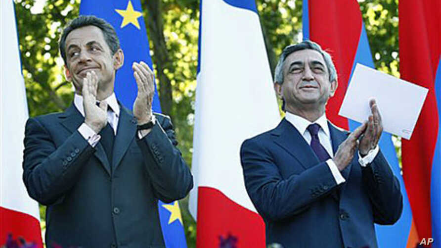 French President Nicolas Sarkozy (L) and Armenian President Serge Sarkisian applaud at the French Square, in Yerevan, Armenia, October 7, 2011.