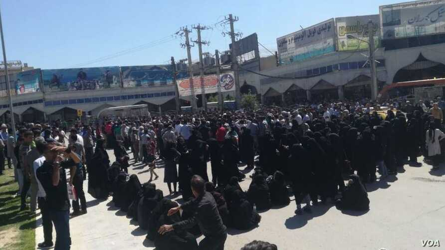 In this photo sent to VOA Persian by an audience member, residents of the southern Iranian city of Kazerun, many of them women dressed in black chadors, join a protest on May 17, 2018, after security forces violently cracked down on demonstrators the