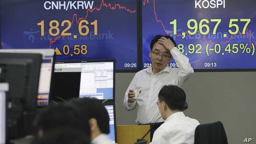 Currency traders work at the foreign exchange dealing room of the KEB Hana Bank headquarters in Seoul, South Korea, Friday, Sept. 18, 2015.