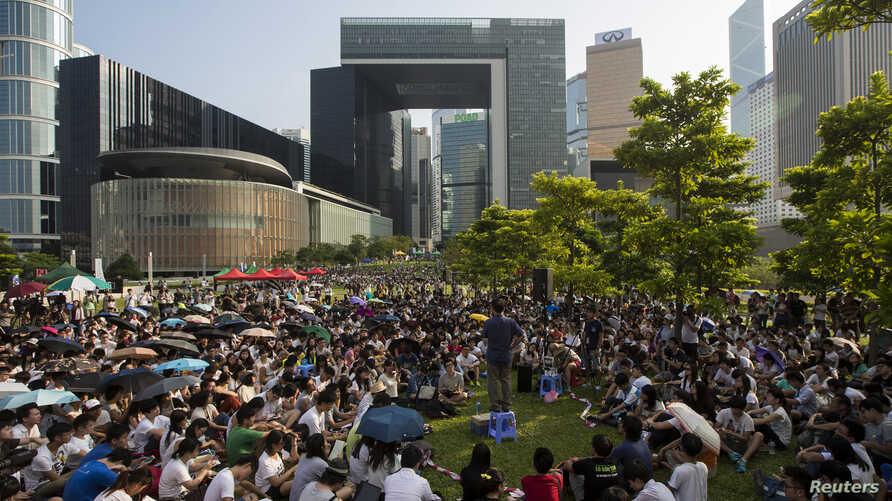 Student listen a lecture on democracy during the second day of a week-long class boycott that demands genuine democracy in Hong Kong, September 23, 2014.
