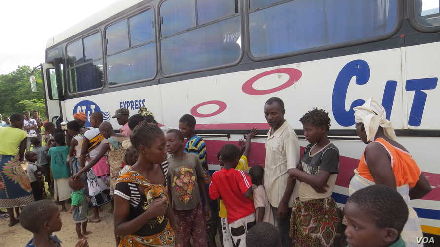 Mozambican refugees board a bus from Nsanje reception center to Luwani refuguees camp in Neno district, south of Malawi. (L. Masina/VOA)