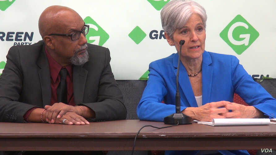 Jill Stein and Ajumu Baraka, the Green Party's ticket for the 2016 presidential election, appear at a news conference at the party's convention in Houston, Aug. 6, 2016. (G. Flakus/VOA)