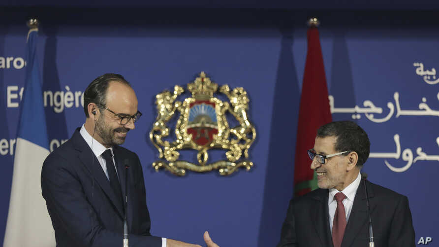 France's Prime Minister Edouard Philippe speaks (L) shakes hands with his Moroccan counterpart Saad-Eddine El Othmani (R) after a press conference in Rabat, Morocco, Nov. 16, 2017.