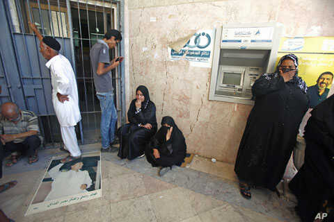 Libyans waits outside a branch of the North Africa Bank to get 250 Libyan dinars ($200) at the Souk al-Djoumaa district in Tripoli, Libya, August 2011. (file photo)