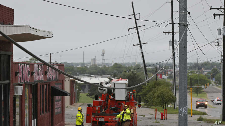 Crews prepare to repair damaged power lines in Oklahoma City, Oklahoma, April 29, 2017. Severe thunderstorms have toppled tree limbs and power lines and caused minor flooding across Oklahoma.