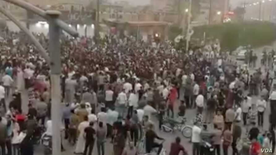 Hundreds of protesters gathered in the southwestern Iranian city of Khorramshahr on June 29, 2018, to denounce Iranian authorities' handling of water shortages that have left residents with salty, polluted water to drink. (VOA Persian)