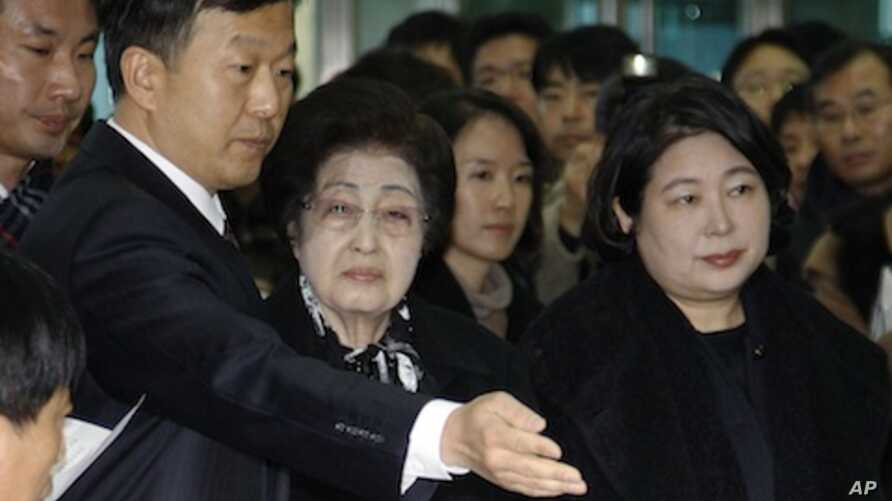 The wife of the late former South Korean President Kim Dae-jung, Lee Hee-ho, center, and Hyundai Group chairman Hyun Jeong-eun, right, prepare to depart from the Inter-Korean Transit Terminal from the border village of Paju in the demilitarized zone,