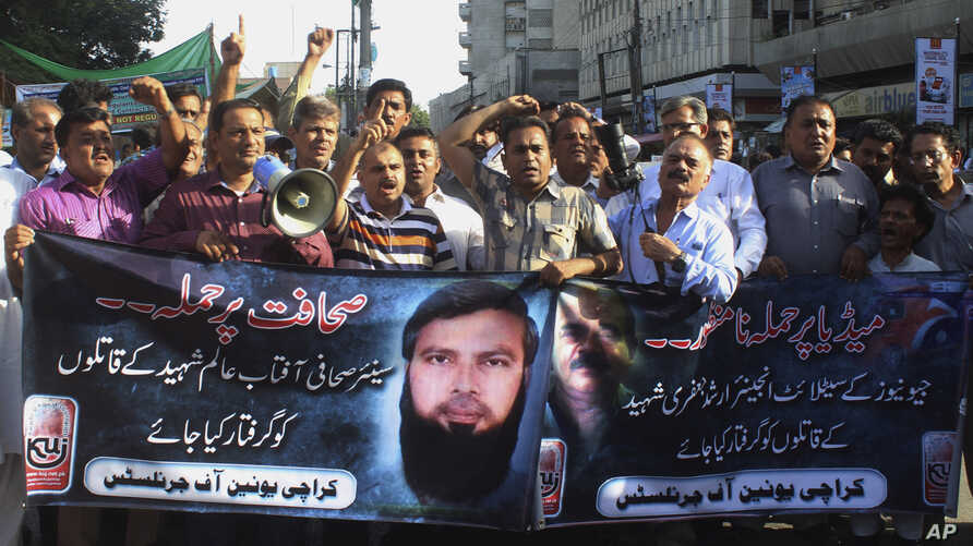 Pakistani journalists in Karachi shout slogans condemning the killing of journalists, Sept. 9, 2015.