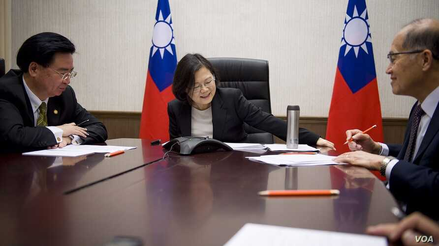 Taiwan President Tsai Ingwen (center) along with her National Security Adviser Joseph Wu (left) and Minister of Foreign Affairs David Lee speak by phone with U.S. President-elect Donald Trump, Dec. 2, 2016. (Courtesy photo: Office of the President, T