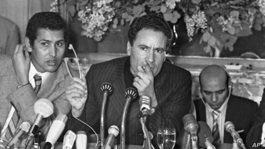 Libyan leader Moammar Gadhafi (C) speaks at a press conference in Paris, France, 1973. (file photo)
