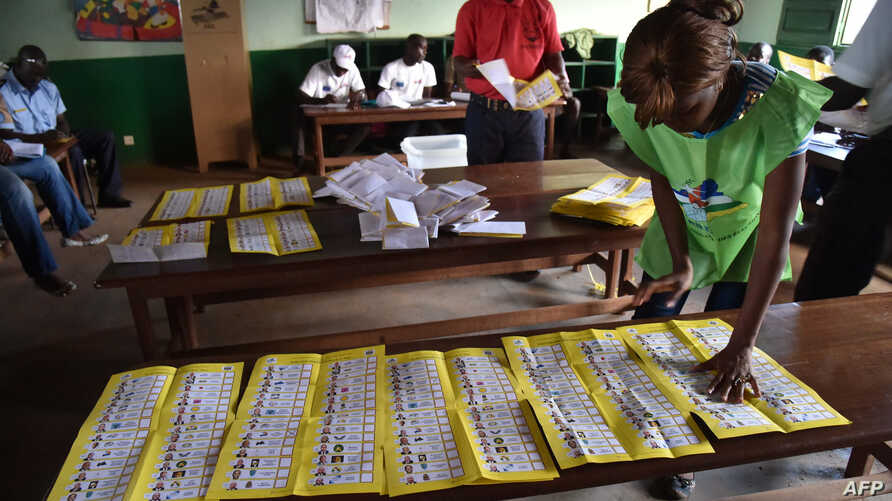 Election workers count votes after polls closed during the presidential and legislatives elections in Bangui's city center, Central African Republic, Dec. 30, 2015.