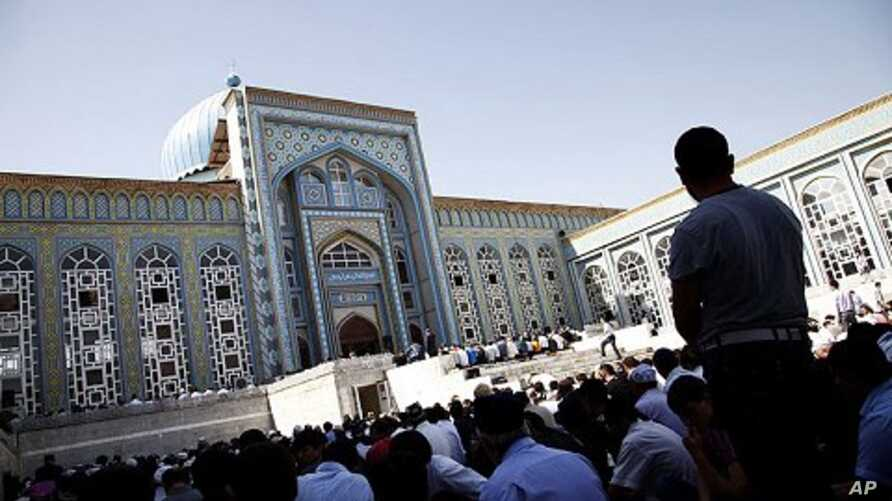 Over 1,000 worshippers gather at Dushanbe's central mosque for Friday prayer, Tajikistan, September 30, 2011.