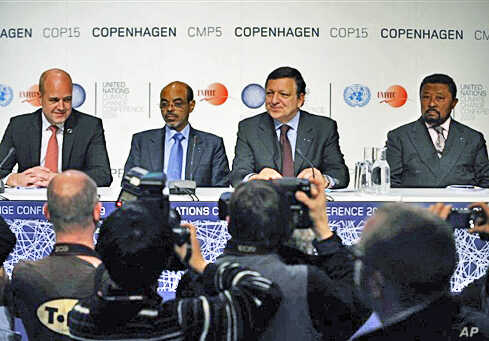 Sweden's PM Fredrik Reinfeldt (L), European Commission chief Jose Manuel Barroso (2ndR), Ethiopia's PM Meles Zenawi and AU Commission Chairperson Jean Ping (R) give a news conference in Copenhagen, 16 Dec 2009