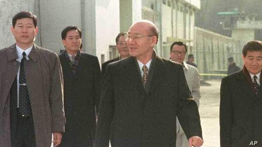 Former South Korean Presidnt Chun Doo-hwan, center, leaves the Anyang Prison with his aides following his release from prison in a special amnesty Monday, Dec. 22, 1997. (AP Photo/ Yun Jai-hyoung)