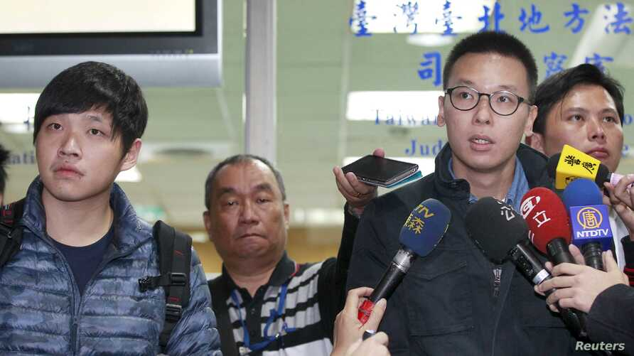 """FILE - Student leaders of Taiwan's """"Sunflower Movement"""" Lin Fei-fan (R) and Chen Wei-ting talk to reporters at the Taipei District court, March 25, 2015."""