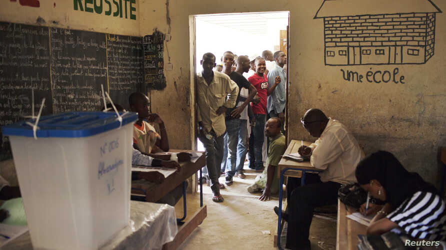 People queue to vote during Mali's presidential election in Timbuktu, Mali, July 28, 2013.