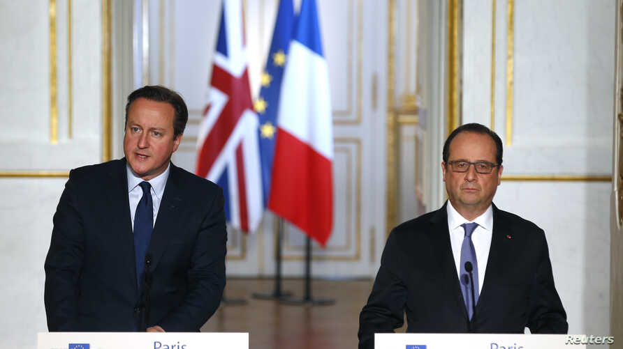 French President Francois Hollande (R) and Britain's Prime Minister David Cameron attend a joint news conference at the Elysee Palace in Paris, France, Nov. 23, 2015.