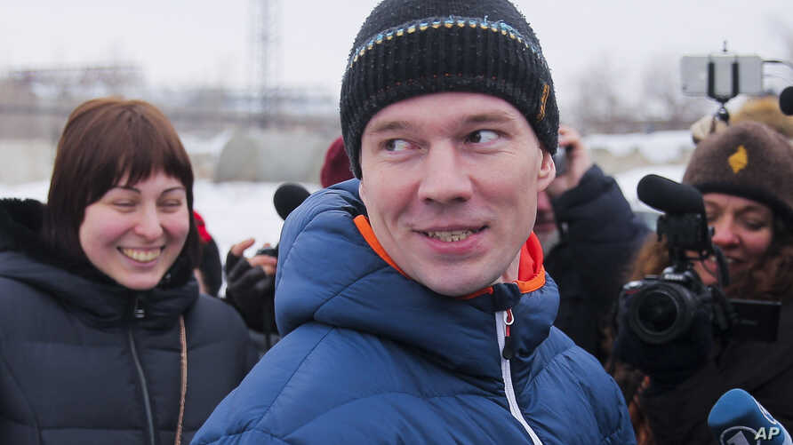Russian opposition activist Ildar Dadin (center) speaks to journalists as his wife Anastasia Zotova (left) smiles upon leaving a prison in Rubtsovsk, 3,400 kilometers ( 2,125 miles ) east of Moscow, Feb. 26, 2017.