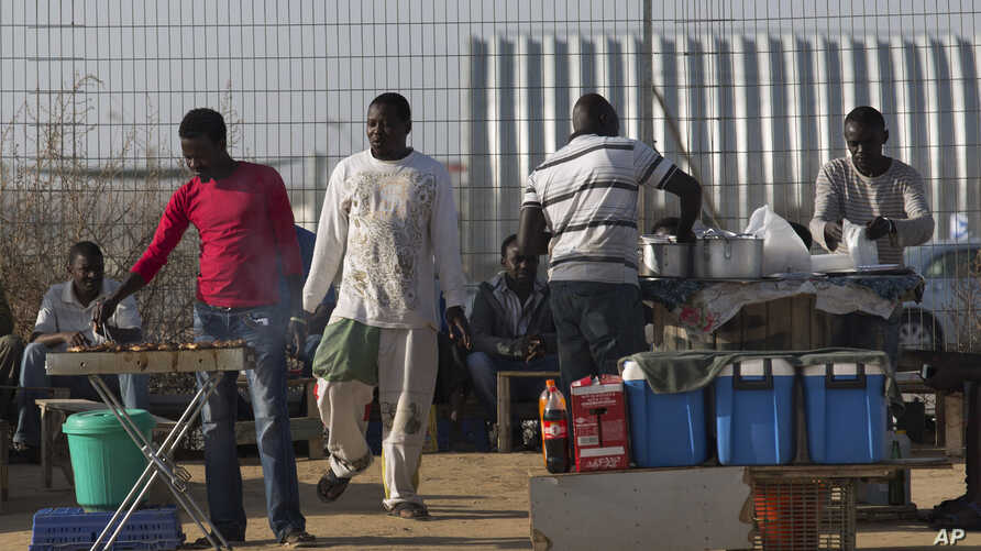 African migrants barbecue outside Holot detention center in the Negev Desert, southern Israel, April 21, 2015.