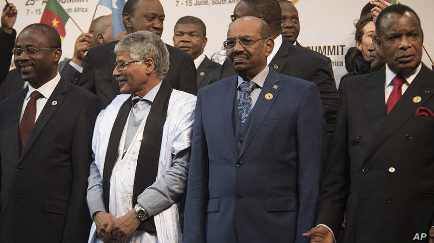 Sudanese president Omar al-Bashir, 2nd from right, stands with other African leaders during a photo op at the AU summit in Johannesburg, June 14, 2015.