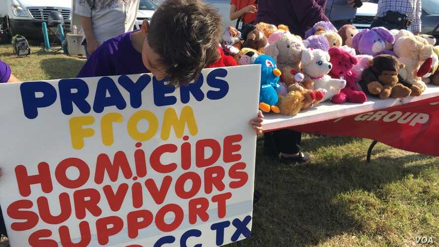The Homicide Survivors Support Group offers grief counseling in Sutherland Springs, Texas, Nov. 7, 2017. Founder Donna Watkins says the teddy bears represent children who were among the 26 people slain. (G. Tobias/VOA)