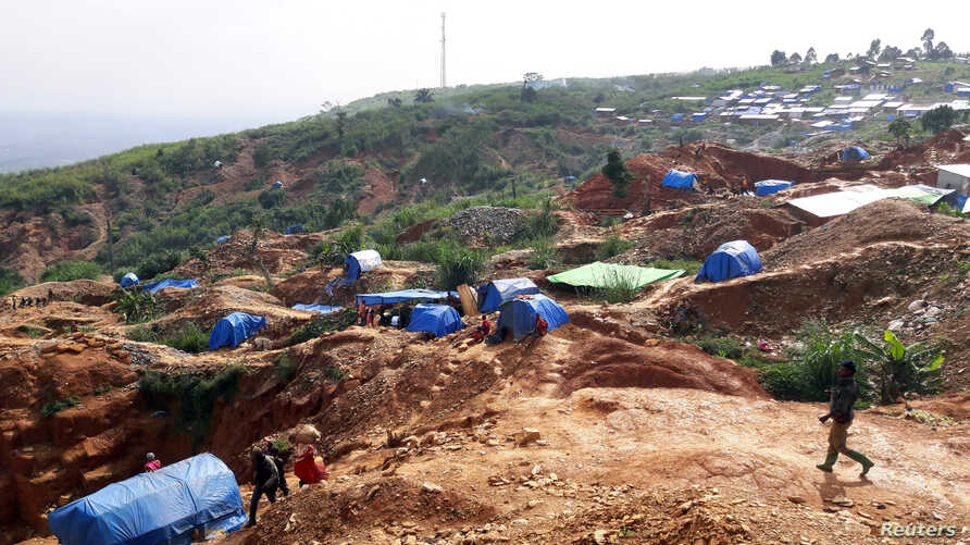 Miners are seen at the mining settlement on the Kpangba hill in Mongbwalu in northeastern Democratic Republic of Congo, Nov. 16, 2016.