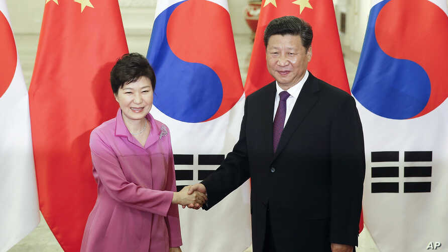 Chinese President Xi Jinping (r) shakes hands with South Korean President Park Geun-hye at the Great Hall of the People in Beijing, Sept. 2, 2015.