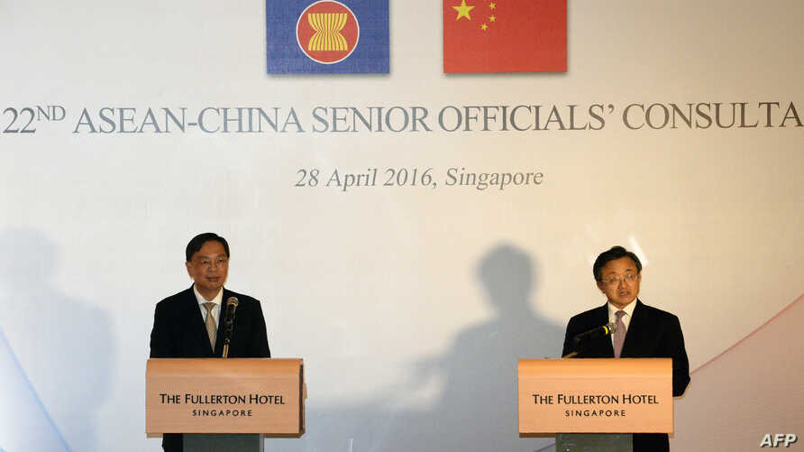 China's Foreign Affairs Vice Minister Liu Zhenmin (R) and Singapore's Foreign Affairs Permanent Secretary Chee Wee Kiong (L) brief the media after the 22nd ASEAN-China Senior Officials' Consultations meeting in Singapore, April 28, 2016.