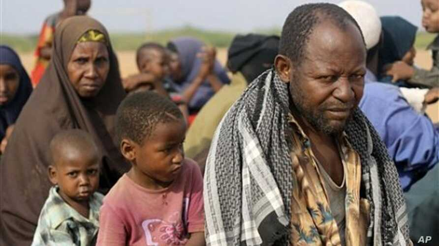 Somali farmer Abdiaziz Mohamed Mungaza waits with his family for registration at Dadaab, the refugee camp in northern Kenya (Sep 2010 file photo)