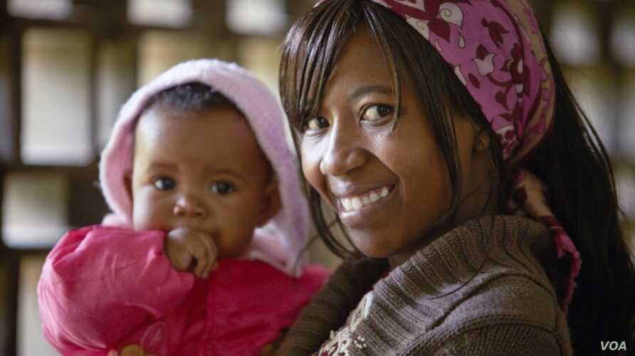 Esther Njeri, 20, and daughter Shanice, 6 months, arrive for a family planning visit at the Makadara district hospital in Nairobi, Kenya, Dec. 16, 2009. (©Bill & Melinda Gates Foundation/Olivier Asselin)
