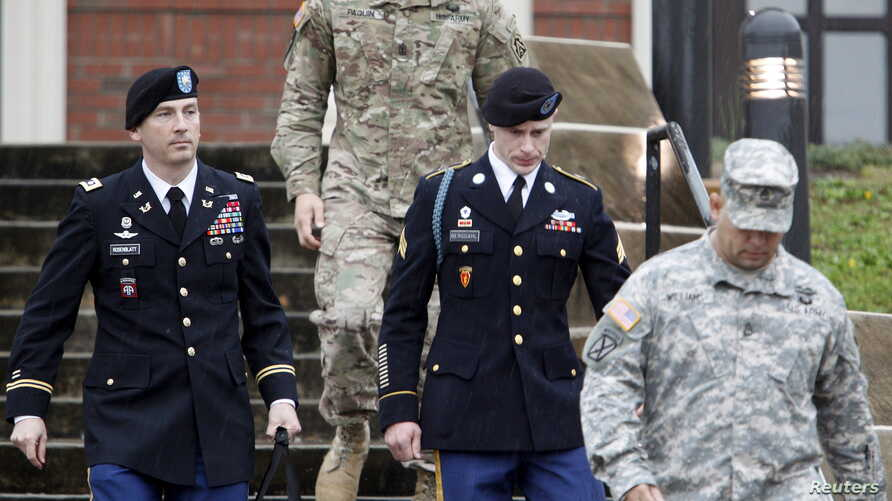 U.S. Army Sergeant Bowe Bergdahl (2nd R) leaves the courthouse with his defense attorney, Lt. Col. Franklin Rosenblatt (L), after an arraignment hearing for his court-martial in Fort Bragg, North Carolina, Dec. 22, 2015.