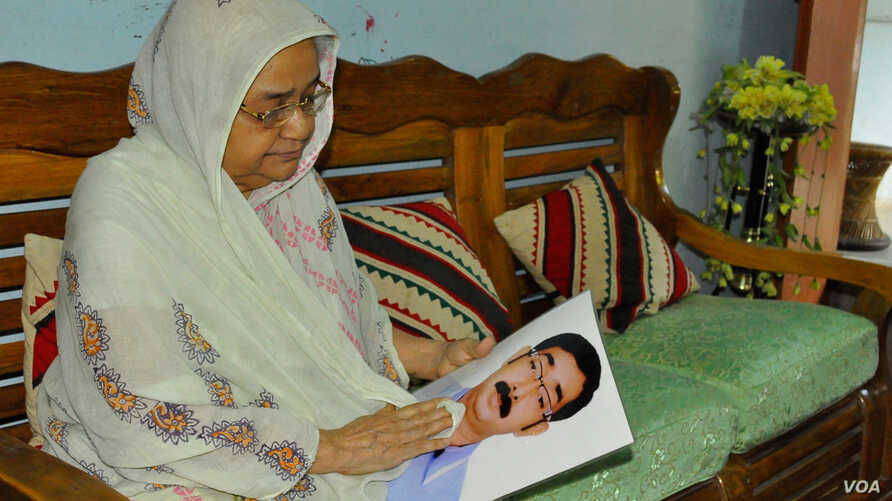 Hajera Khatun, 70, with the photo of her son Sajedul Islam Shumon, who became a victim of enforced disappearance in 2013. (A. Rajjak/VOA)