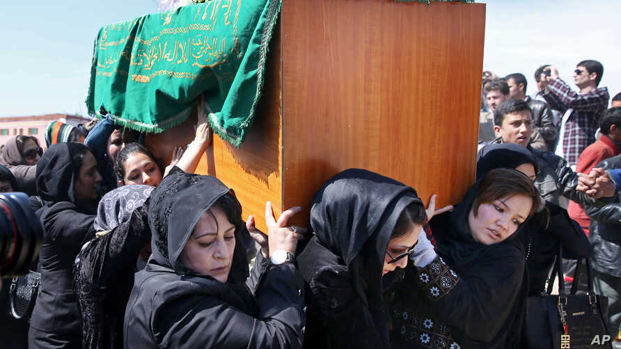 Afghan women's rights activists carry the coffin of 27-year-old Farkhunda, who was beaten to death by a mob, during her funeral, in Kabul, March 22, 2015.