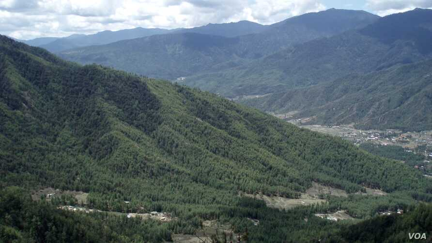 A Himalayan country of lush mountains, Bhutan is known as the world's last Shangri-la. (A. Pasricha/VOA)