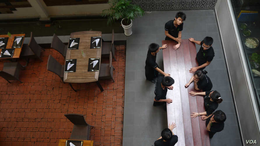 KOTO trainees, some of whom lived on the street before joining the program, have a staff meeting at the restaurant in Ho Chi Minh City. (VOA / L. Hoang)