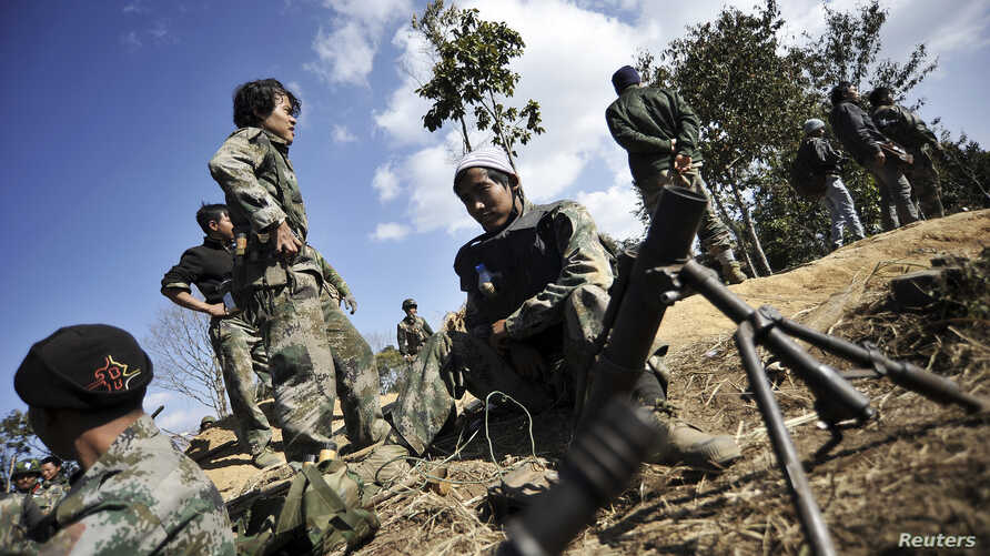 Soldiers of Kachin Independence Army (KIA) man their position at the front line near Mai Ja Yang in Kachin state January 22, 2013. Fierce fighting continues to rage between the KIA and Myanmar's military, despite ceasefire orders by reformist Preside