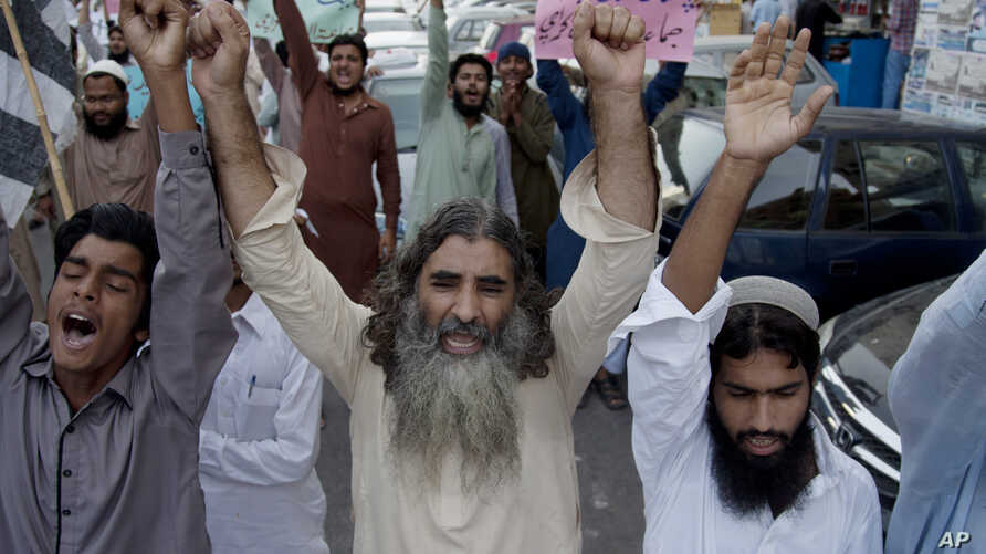Supporters of anti-Indian group Jammatud Dawa rally against India, in Karachi, Pakistan, Oct. 10, 2014.