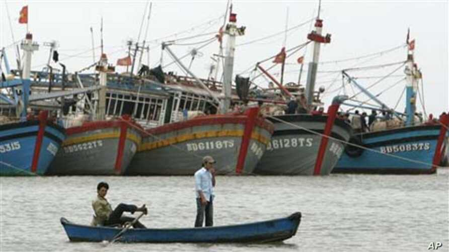 Vietnamese fishermen paddle their boat in Vung Tau, 125 kilometers (77 miles) south east of Vietnam's southern city of Ho Chi Minh (file photo)