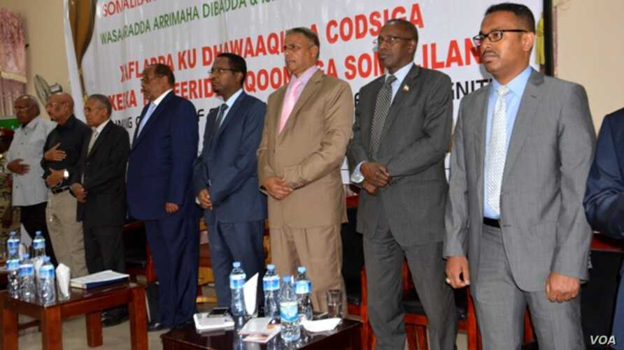President Silanyo (5th from right) and members of his cabinet at the presentation.