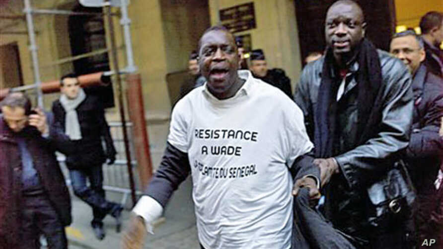 Members of the Senegalese community opposed to President Abdoulaye Wade protest in front of Senegal's Consulate in Paris, January 31, 2012.