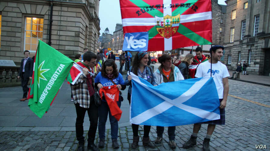 A pro-independence group on a Edinburgh street, Sep 18, 2014. (VOA/ Marianne Brown)